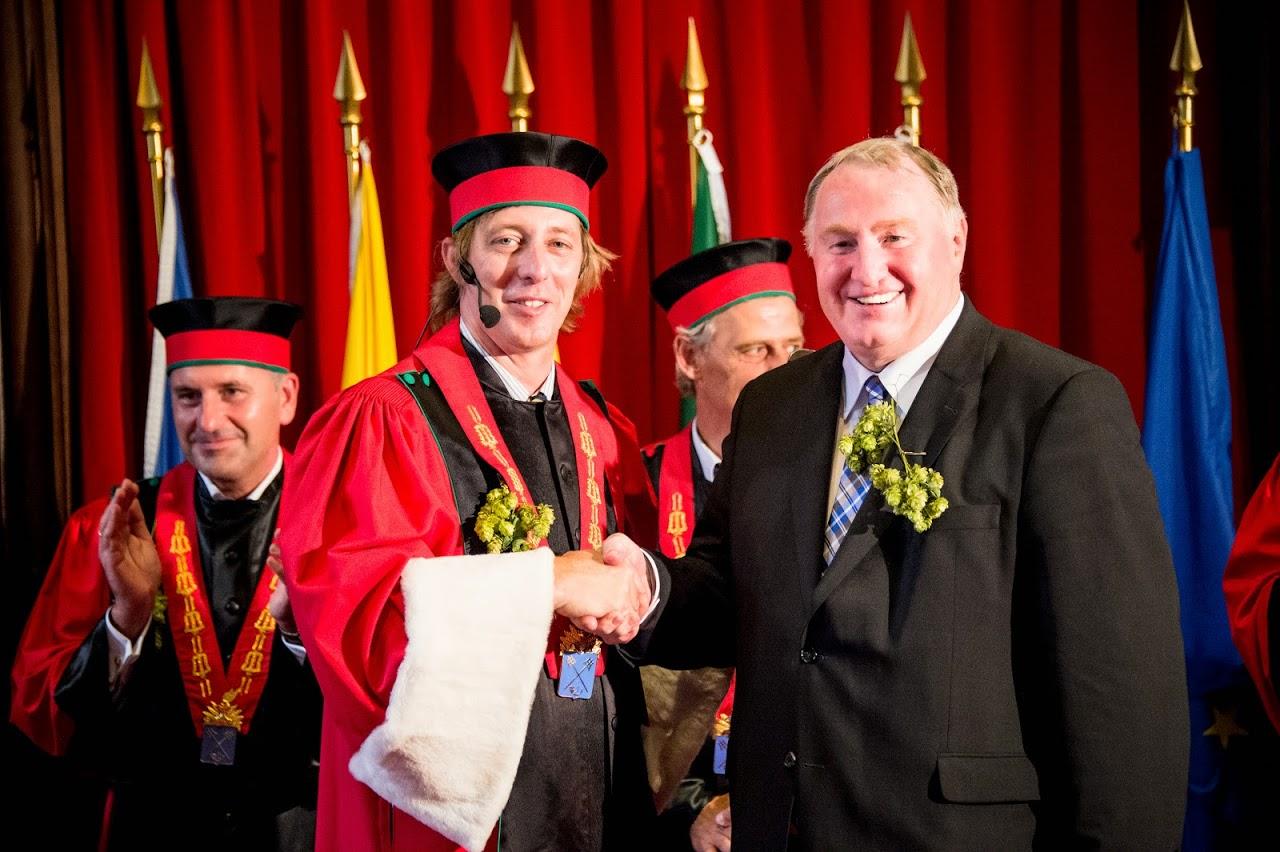 05/09/2014 - Karl-Heinz Lambertz zum Ehrenritter der Chevalerie du Fourquet des Brasseurs in Brüssel ernannt. Er hatte sich als Regierungsoberhaupt für die Aufnahme des belgischen Bieres in das Weltkulturerbe stark gemacht. ©Belgian Brewers – Lander Loeckx