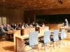01/10/2014 - Der Parlamentspräsident erläutert einer Gruppe die Funktionsweise des Parlamentes und die Situation der DG im belgischen Bundesstaat